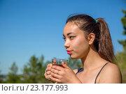 Девушка пьет из кружки. Стоковое фото, фотограф Виктор Хван / Фотобанк Лори