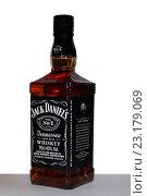 Купить «Бутылка виски Jack Daniels №7», фото № 23179069, снято 29 июня 2016 г. (c) Веснинов Янис / Фотобанк Лори