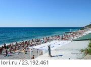 Купить «Приморский пляж. Люди загорают и купаются. Ялта. Крым.», фото № 23192461, снято 26 июня 2016 г. (c) Валерий Ляшенко / Фотобанк Лори