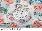 Секундомер лежит на российских деньгах. Стоковое фото, фотограф Денис Ларкин / Фотобанк Лори