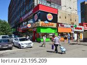 """Купить «Ресторан быстрого обслуживания """"Бургер Кинг"""", сетевой ресторан GlowSubs Sandwiches, """"Мосаптека"""", ломбард на первом этаже дома. Улица Измайловский Вал, 2. Район Соколиная гора. Москва», эксклюзивное фото № 23195209, снято 22 июня 2016 г. (c) lana1501 / Фотобанк Лори"""