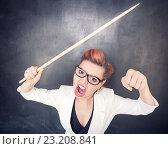 Злая учительница кричит на фоне школьной доски. Стоковое фото, фотограф Darkbird77 / Фотобанк Лори