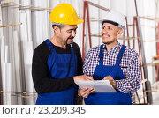 Mechanical engineer inspecting the work of labour at factory. Стоковое фото, фотограф Яков Филимонов / Фотобанк Лори