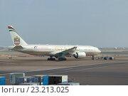 Купить «Самолет Boeing 777 (A6-LRD) компании Etihad Airways в аэропорту Абу-Даби. ОАЭ», фото № 23213025, снято 27 марта 2015 г. (c) Виктор Карасев / Фотобанк Лори