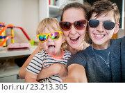 Купить «Семейное селфи. Счастливые родители с ребенком в очках», фото № 23213305, снято 2 июня 2014 г. (c) Кузнецов Дмитрий / Фотобанк Лори