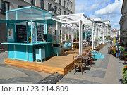 Купить «Летнее кафе в Столешниковом переулке. Городской праздник — фестиваль «Московское мороженое»», эксклюзивное фото № 23214809, снято 6 июля 2016 г. (c) lana1501 / Фотобанк Лори
