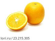 Целый апельсин и половина на белом фоне. Стоковое фото, фотограф Алексей C. / Фотобанк Лори