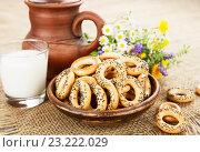 Купить «Сушки с маком и молоко на деревянном столе», фото № 23222029, снято 7 июля 2016 г. (c) Надежда Мишкова / Фотобанк Лори