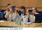 Купить «Слушатели на семинаре снимают презентацию на камеры мобильных устройств», эксклюзивное фото № 23226377, снято 3 июня 2016 г. (c) Александр Замараев / Фотобанк Лори