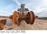 Купить «Огромный многоковшовый карьерный экскаватор для добычи песка. Крупный план на барабане для крепления ковшей», фото № 23231505, снято 8 июня 2013 г. (c) Всеволод Чуванов / Фотобанк Лори