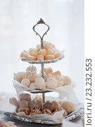 Сладости на этажерке для фруктов и конфет. Стоковое фото, фотограф Юлия Морозова / Фотобанк Лори