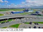 Купить «Большая автомобильная парковка у аэропорта», фото № 23238549, снято 11 мая 2016 г. (c) Зезелина Марина / Фотобанк Лори