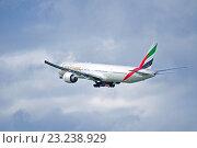 Купить «Самолет Boeing 777 компании Emirates Airline в полете», фото № 23238929, снято 11 мая 2016 г. (c) Зезелина Марина / Фотобанк Лори
