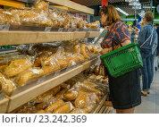 """Купить «Супермаркет """"Перекресток"""". Хлебобулочный отдел. Покупательница выбирает батон», эксклюзивное фото № 23242369, снято 11 июля 2016 г. (c) Виктор Тараканов / Фотобанк Лори"""