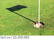 Купить «close up of flag mark in hole on golf field», фото № 23259093, снято 30 августа 2015 г. (c) Syda Productions / Фотобанк Лори