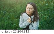 Купить «Кареглазая девушка в свитере на поляне смотрит вверх», видеоролик № 23264813, снято 16 июля 2016 г. (c) Илья Шаматура / Фотобанк Лори