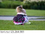 Девочка обнимает мальчика на зеленой лужайке. Стоковое фото, фотограф Наталья Чумакова / Фотобанк Лори
