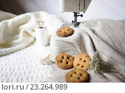 Песочное печенье в виде пуговиц на фоне швейной машинки. Стоковое фото, фотограф Наталья Чумакова / Фотобанк Лори