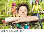 Купить «Папа, мама и дочка катаются на велосипедах по лесу», фото № 23265437, снято 7 мая 2016 г. (c) Сергей Новиков / Фотобанк Лори