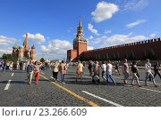Туристы на Красной площади в Москве, эксклюзивное фото № 23266609, снято 8 июля 2016 г. (c) Яна Королёва / Фотобанк Лори