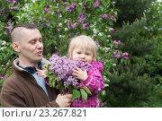 Папа с маленькой дочкой на руках в весеннем саду. Стоковое фото, фотограф Лощенов Владимир / Фотобанк Лори