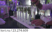Купить «Процесс приготовления коктейля мохито  барменом в ночном клубе», видеоролик № 23274609, снято 6 июля 2016 г. (c) Denis Mishchenko / Фотобанк Лори