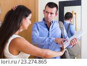 Купить «Confused tenant and furious landlord», фото № 23274865, снято 18 августа 2018 г. (c) Яков Филимонов / Фотобанк Лори