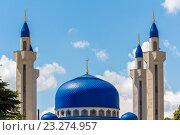 Минареты мечети на фоне голубого неба с облаками (2016 год). Стоковое фото, фотограф LenaLeonovich / Фотобанк Лори