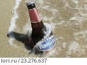 Пиво охлаждающееся в морской воде (2016 год). Редакционное фото, фотограф Metzlof / Фотобанк Лори