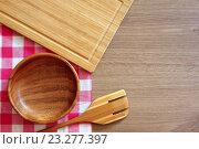 Купить «Клетчатая салфетка, деревянная ложка , миска и разделочная доска на столе. Вид сверху. Деревянные кухонные принадлежности», фото № 23277397, снято 18 июля 2016 г. (c) ирина реброва / Фотобанк Лори