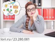 Купить «Скучающая женщина в офисе мечтает об отпуске», фото № 23280081, снято 29 июня 2016 г. (c) Darkbird77 / Фотобанк Лори