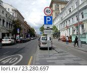 Купить «Дорожные знаки на Неглинной улице», эксклюзивное фото № 23280697, снято 20 июля 2016 г. (c) lana1501 / Фотобанк Лори