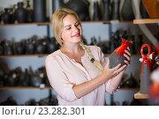 Купить «young woman selecting ceramics with red enamel in atelier», фото № 23282301, снято 21 июля 2018 г. (c) Яков Филимонов / Фотобанк Лори
