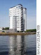 Купить «Новый современный многоэтажный жилой дом на реке Преголя. Город Калининград (Кёнигсберг, нем. Königsberg). Виды города», эксклюзивное фото № 23294109, снято 5 июля 2015 г. (c) stargal / Фотобанк Лори