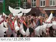 Купить «Выпускники школы с надувными белыми шарами в виде птиц», эксклюзивное фото № 23295565, снято 25 мая 2016 г. (c) Svet / Фотобанк Лори