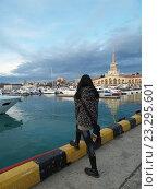 Купить «Девушка смотрит на море в морском порту Сочи», фото № 23295601, снято 13 февраля 2016 г. (c) DiS / Фотобанк Лори