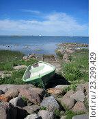 Пустая лодка на каменистом пляже. Стоковое фото, фотограф vladimir vershvovski (Владимир Вершвовский) / Фотобанк Лори
