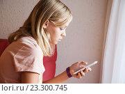 Купить «Девушка подросток со смартфоном в руке», фото № 23300745, снято 23 августа 2014 г. (c) EugeneSergeev / Фотобанк Лори