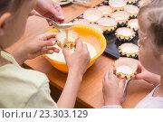 Купить «Две девочки помогают маме наливать тесто в формочки для кексов», фото № 23303129, снято 3 апреля 2016 г. (c) Иванов Алексей / Фотобанк Лори