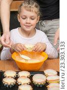 Купить «Дочка держит формочку для кекса, пока мама черпает тесто из миски», фото № 23303133, снято 3 апреля 2016 г. (c) Иванов Алексей / Фотобанк Лори
