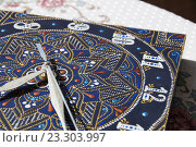 Квадратные часы с ручной росьписью акриловыми красками. Стоковое фото, фотограф Алина Чебыкина / Фотобанк Лори