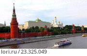 Купить «Туристический катер плывет по Москве-реке на фоне Кремля», видеоролик № 23325049, снято 29 июля 2016 г. (c) Алексей Ларионов / Фотобанк Лори