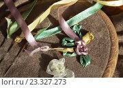 Купить «Рукоделие. Вышивка атласными лентами на ткани в пяльцах и иголки с большими ушками», фото № 23327273, снято 29 июля 2016 г. (c) Виктория Катьянова / Фотобанк Лори