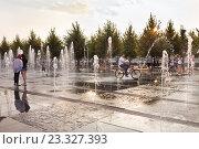 Купить «Фонтаны в парке Музеон», фото № 23327393, снято 29 июля 2016 г. (c) Victoria Demidova / Фотобанк Лори