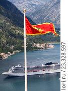 Купить «Флаг Черногории на фоне круизного лайнера в бухте города Котор.», фото № 23328597, снято 4 июня 2016 г. (c) Кекяляйнен Андрей / Фотобанк Лори