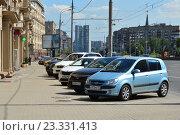 Купить «Стоянка машин на Кутузовском проспекте в Москве», эксклюзивное фото № 23331413, снято 31 июля 2016 г. (c) lana1501 / Фотобанк Лори
