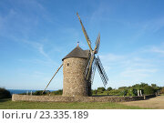 Мельница на фоне моря. Бретань, Плуезек, Кот-д'Армор (2016 год). Стоковое фото, фотограф Stjarna / Фотобанк Лори