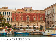 Купить «Красный дом на набережной острова Ортиджа в итальянском городе Сиракузы (Сицилия)», фото № 23337069, снято 4 июня 2016 г. (c) Хименков Николай / Фотобанк Лори