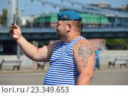 Десантник фотографирует на телефон. Празднование Дня ВДВ в парке Горького в Москве (2016 год). Редакционное фото, фотограф lana1501 / Фотобанк Лори