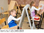 Купить «Две девочки на уроке рисования рисуют на мольбертах», фото № 23349869, снято 25 июля 2016 г. (c) Иванов Алексей / Фотобанк Лори